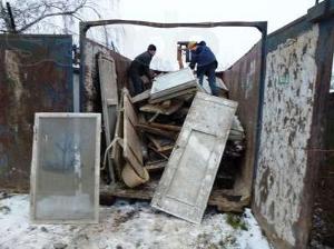 погрузка мусора вручную в контейнер